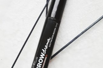Augenbrauen perfekt in Form gebracht mit Brow Drama von Maybelline NY