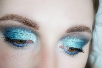 Pantone Color Classic Blue inspiriertes Augenmakeup