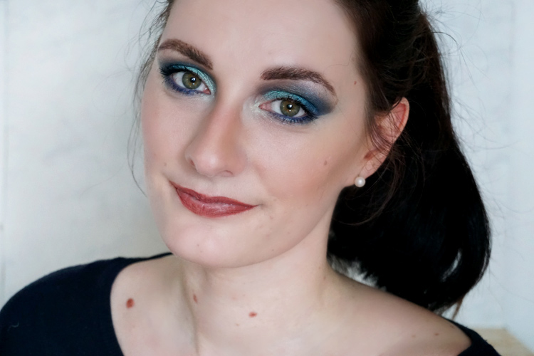 Makeup Look mit blauem Augenmakeup